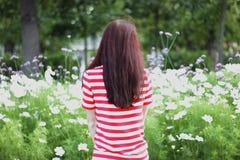 Bella donna nel giardino floreale di estate Fotografia Stock