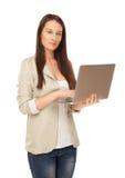 Bella donna nel lavorare al computer portatile isolato su bianco Immagini Stock