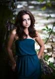Bella donna nel legno vicino al fiume Fotografie Stock