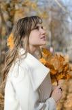 Bella donna nel paesaggio di autunno immagine stock