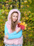 Bella donna nel parco di autunno con le foglie di acero Immagini Stock Libere da Diritti