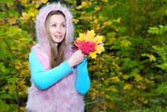 Bella donna nel parco di autunno con le foglie di acero Fotografia Stock Libera da Diritti
