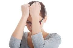 Bella donna nel preoccuparsi degli occhiali. immagini stock