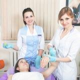 Bella donna nel salone della stazione termale che riceve epilation o correzione e fotografie stock