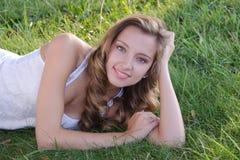 Bella donna nell'erba Fotografie Stock