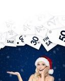 Bella donna nell'offerta alta della palma di gesti del cappuccio di Natale del giorno Fotografie Stock