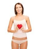 Bella donna nella biancheria intima del cotone e nel cuore rosso Fotografia Stock Libera da Diritti