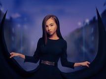 Bella donna nella città di notte Fotografie Stock Libere da Diritti