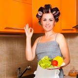 Bella donna nella cucina con il piatto delle verdure Fotografia Stock Libera da Diritti
