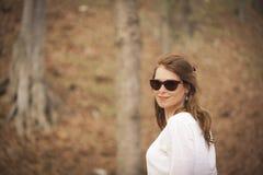 Bella donna nella foresta fotografia stock libera da diritti