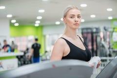Bella donna nella forma fisica di yoga di esercizio della palestra Immagini Stock