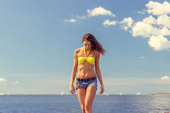 Bella donna nella posa del bikini Fotografie Stock