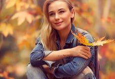 Bella donna nella sosta di autunno immagini stock libere da diritti
