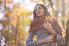Bella donna nella sosta di autunno fotografia stock