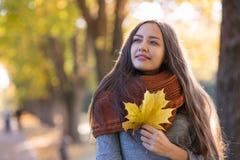 Bella donna nella sosta di autunno immagine stock libera da diritti