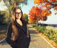 Bella donna nella sosta di autunno Fotografie Stock
