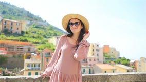 Bella donna nella vacanza europea in vecchia città della Liguria, Italia video d archivio