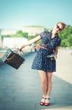 Bella donna nello stile di anni '50 con i ganci che tengono retro camer Immagine Stock Libera da Diritti