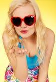 Bella donna in occhiali da sole che inviano un bacio Immagine Stock Libera da Diritti