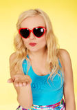 Bella donna in occhiali da sole che inviano un bacio Fotografie Stock