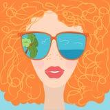Bella donna in occhiali da sole e capelli rossi Immagini Stock
