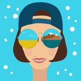 Bella donna in occhiali da sole ed in un berretto da baseball Immagine Stock