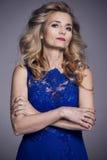 43927473f33b Bella donna più anziana in un vestito blu da sera fotografie stock libere da  diritti