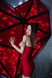 Bella donna in poco vestito rosso con il cuore del biglietto di S. Valentino Fotografie Stock
