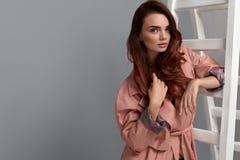 Bella donna, ragazza di modo in vestiti alla moda in studio Fotografie Stock