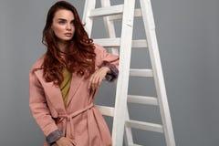 Bella donna, ragazza di modo in vestiti alla moda in studio Fotografia Stock Libera da Diritti