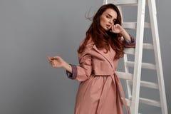 Bella donna, ragazza di modo in vestiti alla moda in studio Fotografie Stock Libere da Diritti