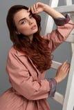 Bella donna, ragazza di modo in vestiti alla moda in studio Immagini Stock Libere da Diritti