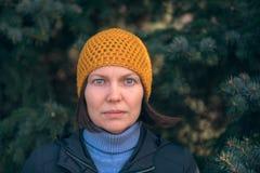Bella donna in ritratto di colpo in testa 40s in parco fotografie stock