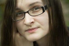 Bella donna in ritratto di vetro La donna dell'ufficio pensa alla s Fotografie Stock Libere da Diritti