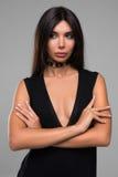Bella donna in ritratto nero del vestito Fotografia Stock