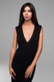 Bella donna in ritratto nero del vestito Fotografie Stock Libere da Diritti