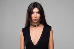 Bella donna in ritratto nero del vestito Immagine Stock