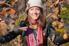 Bella donna romantica che porta cappello alla moda Immagine Stock