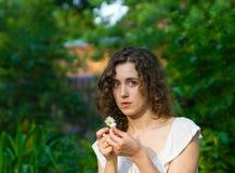 Bella donna romantica con il fiore della margherita Fotografia Stock