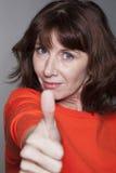 Bella donna 50s che gode del benessere come numero uno Fotografie Stock Libere da Diritti