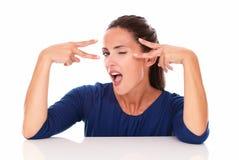 Bella donna sbattente le palpebre che fa un segno di due vittorie Fotografie Stock Libere da Diritti