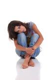 Bella donna, sedentesi sul pavimento Fotografia Stock Libera da Diritti