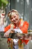 Bella donna senior all'aperto con i vetri di sole nel giardino Immagine Stock