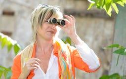 Bella donna senior che guarda tramite il binocolo Immagini Stock Libere da Diritti