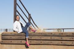 Bella donna senior che posa in tacchi alti all'aperto Fotografia Stock Libera da Diritti