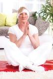 Bella donna senior, posa del loto di yoga Fotografia Stock Libera da Diritti