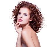 Bella donna sensuale con capelli ricci castana Immagini Stock Libere da Diritti