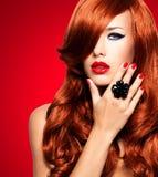 Bella donna sensuale con i capelli rossi lunghi immagini stock
