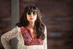 Bella donna seria in occhiali da sole rotondi immagine stock