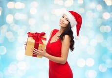 Bella donna sexy in cappello di Santa con il contenitore di regalo Immagini Stock Libere da Diritti